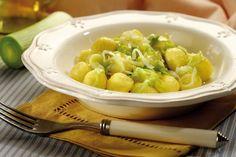 Ricetta gnocchi con polenta avanzata - La ricetta per riutilizzare la polenta avanzata e trasformarla in un primo piatto delizioso: gli gnocchetti gialli ai porri.