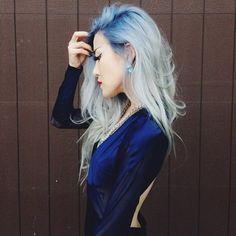 L'azzurro serenity 2016 anche tra i capelli - Chioma lunga e mossa con Azzurro Serenity come tinta per i capelli del 2016.