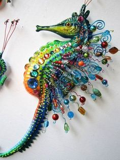 Seahorse art wall sculpture by artistJPRésultat d'images pour Seahorse Art Wire Crafts, Bead Crafts, Jewelry Crafts, Arts And Crafts, Seahorse Painting, Seahorse Art, Seahorses, Button Art, Button Crafts