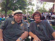 20.000 Menschen machen Picknick im Revina Park in Chicago währen Buddy Guy sich auf der Bühne mit seinen beiden Kindern die Seele aus dem Leib spielt. Der Hammer.