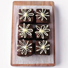 These moist marmalade brownies with white chocolate showcase the classic and delicious combination of chocolate and orange. They are lovely to look at with their decorative daisy topping but we reckon they're much more lovely to eat!