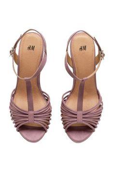 Sandalia lila en ante sintético, cuña de corcho y plataforma. H&M