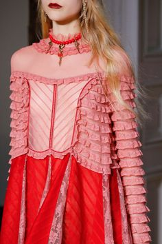 Valentino Fall 2017 Ready-to-Wear Collection Photos - Vogue 80s Fashion, Fashion 2020, Runway Fashion, High Fashion, Fashion Show, Spring Fashion, Womens Fashion, Classy Fashion, Fashion Weeks