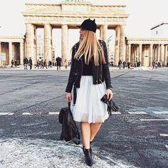 Die bezaubernde Karolina Alexandrova posierte während der Fashion Week in Berlin vorm Brandenburger Tor. Wundervolles Outfit! Vielen Dank für das tolle Bild.  Mehr über Karolina erfahrt ihr hier: http://karolinaalexandrova.de/