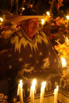 El día de muertos en la Isla de Janitzio la gente acompaña a sus muertos en el panteón.