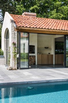Prachtig huis in landelijke stijl in combinatie met microtopping Exterior Design, Interior And Exterior, Pool House Designs, Garden Architecture, Outside Living, Building Facade, Pool Landscaping, Pool Houses, My House