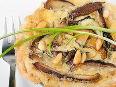 Tartins mit Pilzen Eine Tarte ist ein typisch französischer Kuchen, der süß oder pikant und salzig zubereitet werden kann. Diese kleinen herzhaften Küchlein werden Sie begeistern. Sie sind schnell zubereitet und unvergleichlich im Geschmack. http://einfach-schnell-gesund-kochen.de/tartins-mit-pilzen/
