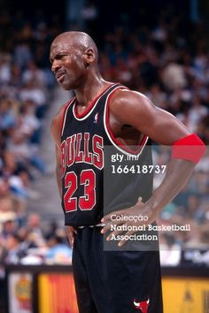 Fotografia de notícias : Michael Jordan of the Chicago Bulls looks on...