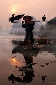 Pescador e seus corvos-marinhos de estimação, Rio Li, Guilin, China.  --- http://www.suntzulives.com/ https://www.facebook.com/suntzuproject/