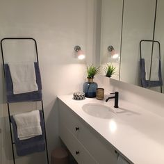 Levert av Lenngren Naturstein - Baderom inspirasjon | design | innredning | hvit kompositt servant - Bathroom inspiration | ideas | Silestone Decor, Single Vanity, Vanity, Home Decor, Bathroom Vanity, Bathroom, Bathtub, Sink