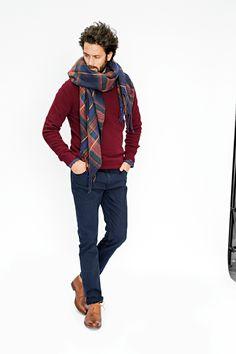 O lenço R ATELIER. O indispensável lenço estampado aos quadrados, para conjugar com absolutamente todos os looks sem a menor hesitação.