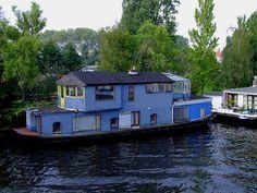 Hausboot mit Wintergarten entlang einer Gracht in Amsterdam;110903