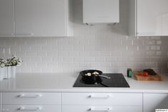 valkoinen keittiö,moderni keittiö,korkeakiilto,korkeakiilto valkoinen,keittiö,keittiön välitila,välitila Home Renovation, Kitchen Cabinets, Kitchens, Home Decor, Decoration Home, Room Decor, Cabinets, Kitchen, Cuisine