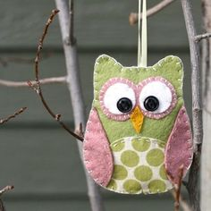 DIY - no sewing machine required - felt + fabric fabulous owl. (to go with my felt ornaments from 1965 Family Circle mag) Kids Crafts, Owl Crafts, Cute Crafts, Crafts To Do, Craft Projects, Sewing Projects, Craft Ideas, Felt Projects, Craft Tutorials