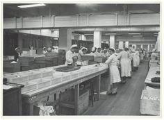 Droste Chocoladefabrieken. Bonbonpakzaal, 1948 Vintage Photographs, Cities, Dining Table, Rustic, Home Decor, Photos, Country Primitive, Homemade Home Decor, Dinning Table Set