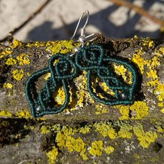 Diese traumhaft schönen Makramée-Hängeohrringe sind handgeknüpft und in vielen Farbstellungen erhältlich. Gleichermassen edel und zierlich sind sie für jede Stilrichtung geeignet. Sie sind wie ein Blatt geformt, verfügen über keltische Ornamente und sind mit farblich abgestimmten Rocailles verziert. Blue Beads, Turquoise Beads, Macrame Earrings, Crochet Earrings, Green With Blue, Leaf Shapes, Indigo Blue, Leaf Design, Form