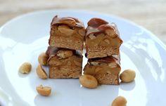 Sukkerfri snickers sjokolade - LINDASTUHAUG Food And Drink, Low Carb, Pudding, Snacks, Vegan, Baking, Healthy, Appetizers, Custard Pudding