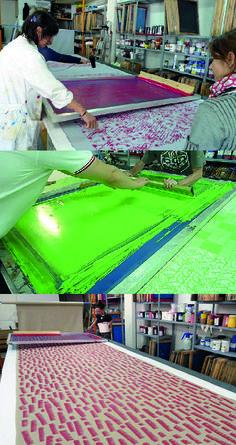 La diferencia que es pot veure entre la serigrafia i la estampació a la lionesa és el fet que aquesta és produeix a gran escala.  Per a la seva realització també cal utilitzar una pantalla amb recobriment de malla que call emulsionar i insolar amb el disseny de l'estampat que es vulgui realitzar.  El procés pot ser d'una forma més manual o a partir de màquines industrials.  Ens tots dos casos una rasqueta escampa el color per la pantalla per a plasmar-lo a teixit.