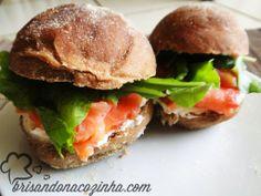 Sanduíche (salmão defumado, coalhada seca com toque de limão siciliano e rúcula no pão australiano)
