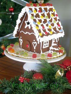 Μπισκοτένιο Χριστουγεννιάτικο σπίτι βήμα-βήμα – Food Junkie not junk food Gingerbread, Deserts, Sweets, Junk Food, Christmas, Recipes, House, Xmas, Gummi Candy