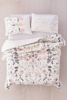 Find everything you need for your bed at UO. Shop duvet covers, quilts, comforters and bedding sets in floral, boho & tie dye patterns! Floral Comforter, Down Comforter, Comforter Sets, King Comforter, Home Decor Bedroom, Bedroom Apartment, Bedroom Ideas, Apartment Ideas, Master Bedroom