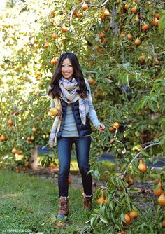 ❤️ Need some duck boots! Casual preppy outfit idea in puffer vest + plaid scarf + skinny jeans + sorel boots Duck Boots Outfit, Puffer Vest Outfit, Black Puffer Vest, Black Vest Outfit, Hiking Boots Outfit, Hiking Outfits, Grey Vest, Gray Shirt, Outfit Jeans