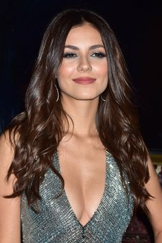 Victoria Justice's Hairstyles & Hair Colors Victoria Justice Hair, Steal Her Style, Vicky Justice, Victorious Justice, Barrel Curls, Brunette Beauty, Celebs, Celebrities, Curled Hairstyles