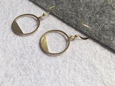Bijoux doreille, minimalist, dissymétrie, triangle/cercle long& court couleur: or possibilité de choisir Boucle ou Clip  vendu par un seul