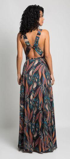 50fe59cac1 Vestido longo de cetim estampado em temas florais. Decote alto e recortes  na cintura que