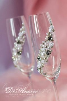 Ideas wedding winter theme decoration silver for 2019 Bride And Groom Glasses, Wedding Wine Glasses, Wedding Champagne Flutes, Champagne Glasses, Bling Wedding, Crystal Wedding, Diy Wedding, Trendy Wedding, Wedding Cakes