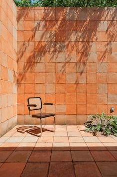 Exterior courtyard of a home in Tequesquitengo, Mexico remodelled by Architects, Productora - Photo by Luis Gallardo - Brick Architecture, Interior Architecture, Patio Interior, Interior And Exterior, Wall Exterior, Home Design, Minimalism Living, Outdoor Spaces, Outdoor Living