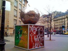 Paris : La Quatrième Pomme - œuvre de Franck Scurti - 120, boulevard de Clichy - XVIIIème | Paris la douce
