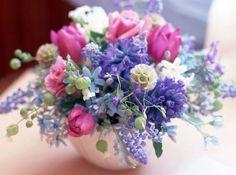 Arranjos de Flores tulipas,glicíneas lilás,rosas cor de rosas, jacintos brancos. entre outras