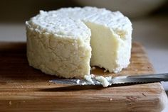 How to Make Cheese from Powdered Milk. making cheese gives you something else to use your powdered milk for other than drinking. Easy and yummy. Yogurt, Queijo Cottage, Lemon Cheese, Raw Cheese, Emergency Food Supply, Emergency Preparedness, Homemade Cheese, How To Make Cheese, Making Cheese