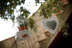 De los árboles cuelgan bonitos detalles colocados con mucho mimo para crear el ambiente ideal el día de tu boda ***