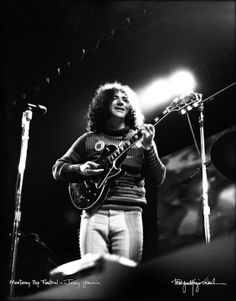 Jerry Garcia (Grateful Dead) at Monterey, 1967 Jerry always said they sounded like shit at this show. Maybe it was the Les Paul?!