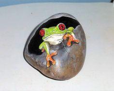 handgemalter Frosch auf einem Stein / Frog hand painted rock with little Sassy von PaintedRocksbyShelli