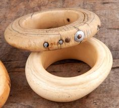 Bracelet pang, Grassland, Cameroun (?) Ivoire à patine crème, métal blanc et cuivre, fentes, restauration indigène D. 11,3 cm - 2,2 cm
