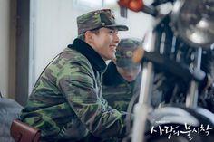 Crash Landing on You (사랑의 불시착) - Drama - Picture Gallery Lee Jung, Jung Yong Hwa, Hyun Bin, Asian Actors, Korean Actors, Korean Dramas, Netflix, Big Bang Top, Joo Won