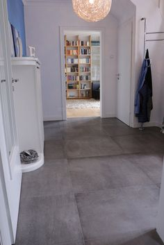 Betonoptik im 80x80 cm Format im Eingangsbereich http://www.franke-raumwert.de/Fliesen/Kronos-Ceramiche-1617/Prima-Materia/ #Eingang #Flur #Diele #Gardrobe #Beton #betonoptik #Interior #FrankeRaumwert #Fliesen #Betonfliesen #Haus