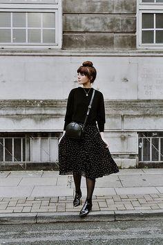 schwarzer Rock Plissee Polka Dot Set mit Kirt schwarz parure p Fashion Mode, Fashion 2017, Modest Fashion, Look Fashion, Fashion Beauty, Winter Fashion, Fashion Outfits, Fashion Trends, Fashion Styles
