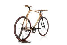 Padre e figlio uniscono manualità e sapere, materiali antichi e nuove fibre per dare forma a una biciletta leggera e resistente, in carbonio e legno.