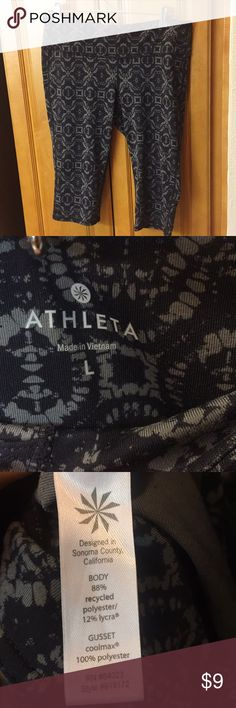 Athleta cropped Capri workout/gym/yoga pants Grey pattern on black background. Very comfy and soft, good used condition! Athleta Pants Ankle & Cropped