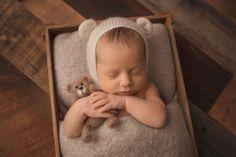 Natalie D'Aoust Photography - Edmonton Newborn Photographer - #babyphotos #newbornphotographyideas #newbornprops #newborn #bestnewbornphotos #babywithteddy #knitprops