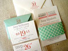 こちらは、赤とグレー、グリーンの色使いが素敵な招待状。