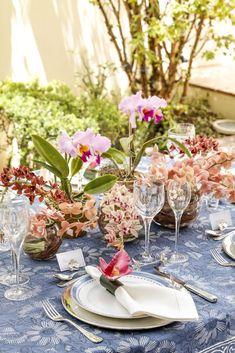 Para compor a mesa, louça Cozinha Velha da Vista Alegre e sousplats, talheres, marcadores de lugar e descansos de talher em prata.