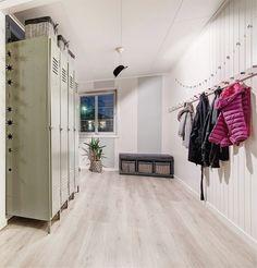entré / hall Real Estate, Home Decor, Patio, Velvet, Decoration Home, Room Decor, Real Estates, Home Interior Design, Home Decoration