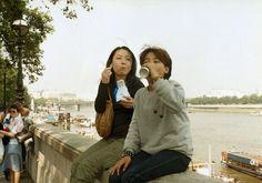 """Tornare indietro nel tempo e incontrarsi bambini grazie alla fotografia e alla manipolazione digitale. Nei doppi autoritratti del progetto """"Imagine finding me"""" - contenuti anche nel libro   Photo Album   - l'artista giapponese  Chino Otsuka  si è inserita negli scatti di quando era"""