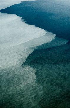 . Questa foto sembra il risultato di un'operazione di photoshop. Invece è del tutto reale: è l'incontro fra due mari, il mar Baltico e il Mar del Nord. A causa delle differenti densità e temperature le due acque non si mischiano, ma si respingono. Questo fenomeno è osservabile dalla penisola sabbiosa di Grenen, a nord di Skagen, in Danimarca dove i due mari si incontrano. La zona, a causa delle fortissime correnti, non è nè balneabile, nè navigabile.
