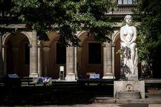 Der Kastalia-Brunnen befindet sich im Zentrum der Mittelachse im Arkadenhof der Universität Wien. Auf einer Bodenplatte und einem daraufstehenden Sockel aus Stein sitzt die Nymphe Kastalia stoisch auf einem Thronsessel. Ihre Haltung ist aufrecht, die Hände sind im Schoß gefaltet und der Blick ist geradeaus in die Ferne gerichtet. Genau so starr erscheint das dem Körper angepasste Gewand, dessen Faltenwurf zurückhaltend modelliert ist. Es gibt keine Anzeichen einer Bewegung, was sich auch bei…
